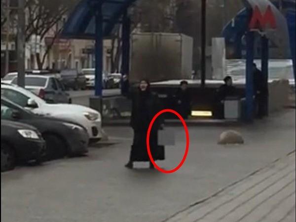 Người phụ nữ cầm thủ cấp đứa bé đứng dọa giữa ga tàu điện ngầm