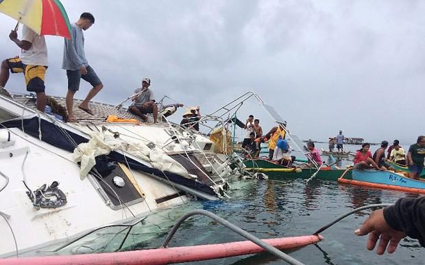 Con thuyền bị gẫy cột buồm và một phần chìm dưới đáy biển