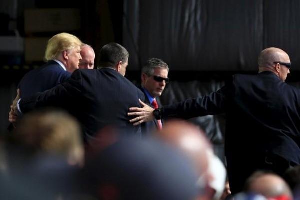 Donald Trump được 4 nhân viên mật vụ Mỹ bảo vệ