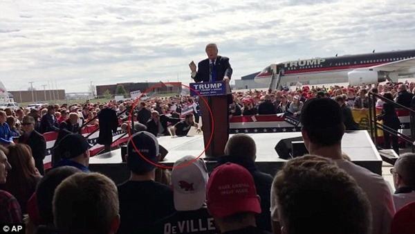 DiMassimo nhảy qua hàng rào định leo lên sân khấu nơi ông Trump đang phát biểu