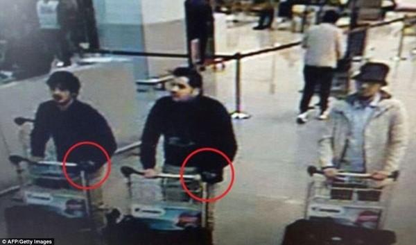 Hình ảnh 3 nghi phạm đánh bom được thu lại trên camera giám sát hiện trường tại sân bay. Các nhân viên an ninh đã bỏ qua sai lầm chết người khi không kiểm tra bàn tay đeo găng tay đen của hai anh em brahim và Khalid El Bakraoui