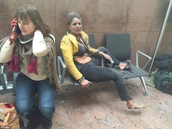 Cô gái áo vàng bị thương trong ảnh được xác định là Nidhi Chaphekar, một tiếp viên hàng không Ấn Độ