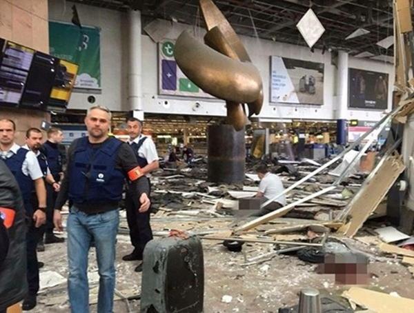 Ngay sau vụ đánh bom tại sân bay quốc tế Zaventem, một vụ đánh bom khác cũng xảy ra tại nhà ga tàu điện ngầm Brussels giết chết 20 người