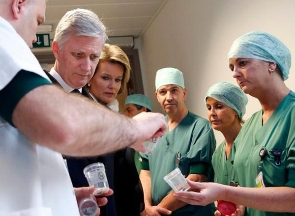 Quốc vương Bỉ Philippe và Nữ hoàng Bỉ Mathilde đến bệnh viện Gasthuisberg tại Louvain để thăm hỏi người bị thương