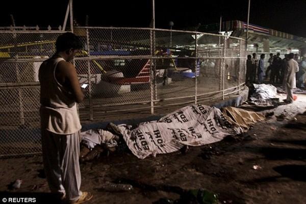 Thi thể người thiệt mạng được xếp hàng dài chuyển vào nhà xác trong bệnh viện