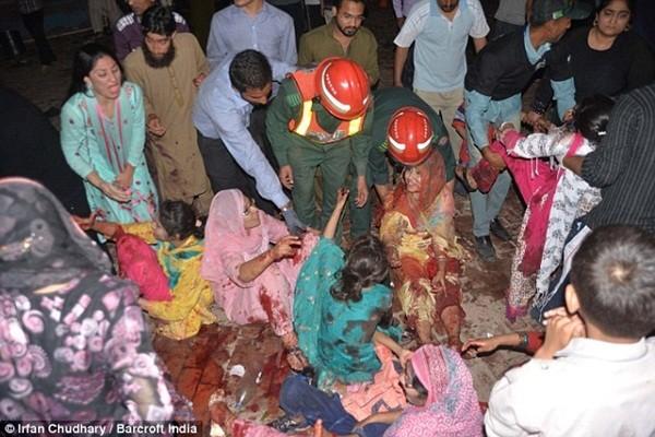 Nhiều phụ nữ hét lên hoảng loạn tìm con sau vụ đánh bom