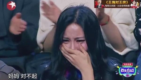 Cô gái không thể khóc tự nhiên vì đã thực hiện một cuộc phẫu thuật làm cong môi