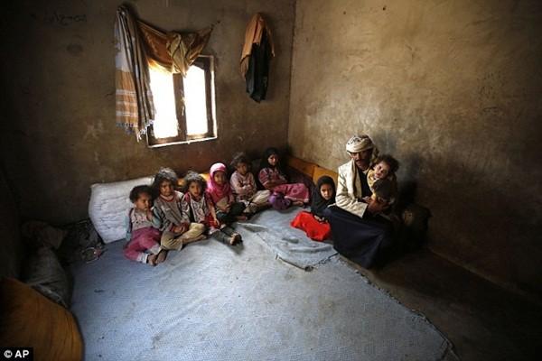 Anh Ahmed cùng 8 đứa con còn lại của mình