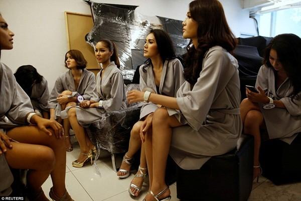 Hình ảnh ít biết trong cuộc thi Hoa hậu chuyển giới Thái Lan ảnh 8