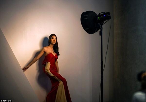 Hình ảnh ít biết trong cuộc thi Hoa hậu chuyển giới Thái Lan ảnh 14