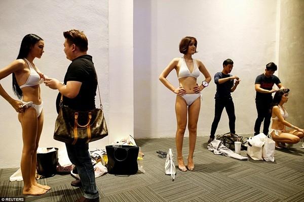 Hình ảnh ít biết trong cuộc thi Hoa hậu chuyển giới Thái Lan ảnh 3