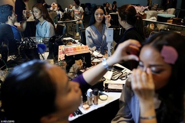 Hình ảnh ít biết trong cuộc thi Hoa hậu chuyển giới Thái Lan ảnh 16