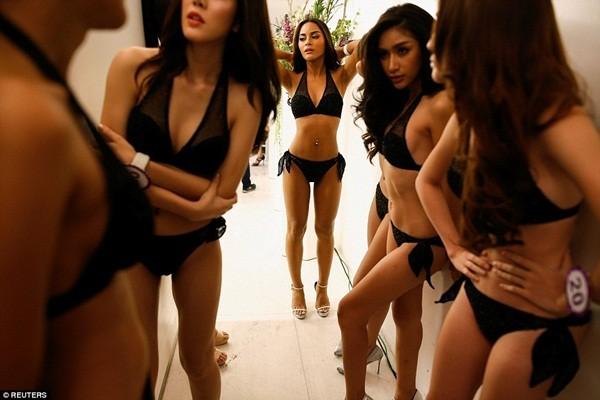 Hình ảnh ít biết trong cuộc thi Hoa hậu chuyển giới Thái Lan ảnh 2