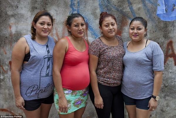 4 chị em nhà Hernandez (từ trái sang phải Milagros, 30 tuổi; Martha, 30 tuổi; Paulina, 22 tuổi và Maria, 27 tuổi đều đang mang thai hộ