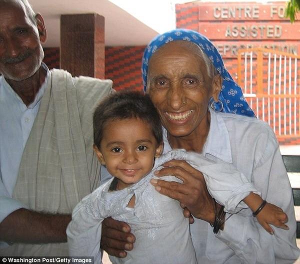 Bà Rajo Devi 70 tuổi cùng bé gái của mình