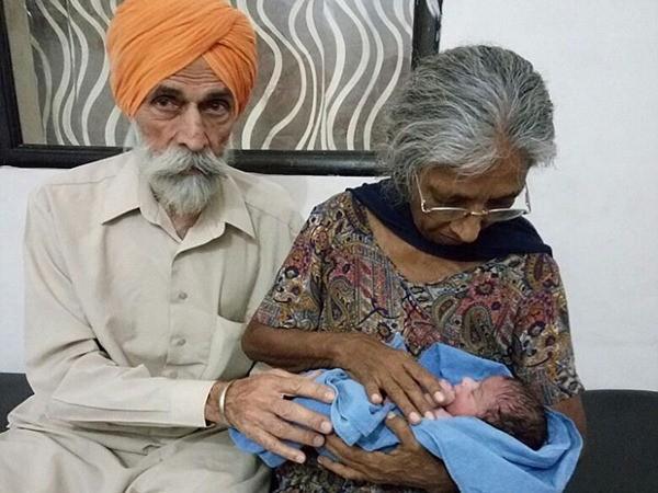 Bà Kaur 70 tuổi và chồng 79 tuổi đang bế đứa con đầu lòng của họ