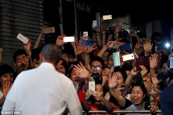 Ông Obama thận thiện, bắt tay vẫy chào người dân Hà Nội