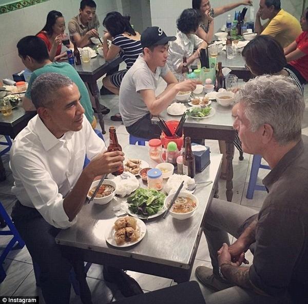 Ông Obama cùng đầu bếp Mỹ Anthony Bourdain dùng bún chả tại cửa hàng bún chả Hương Liên, số 24 phố Lê Văn Hưu, Hai Bà Trưng, Hà Nội