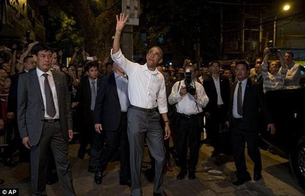 """Đầu bếp Mỹ """"phục sát đất"""" kỹ năng cầm đũa dùng bún chả Hà Nội của ông Obama"""