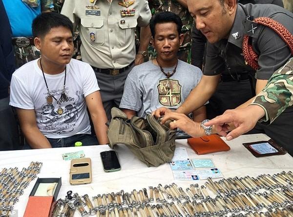 Cảnh sát bắt giữ 2 người đàn ông cùng một nhà sư khi đang vận chuyển răng nanh hổ ra khỏi ngôi đền