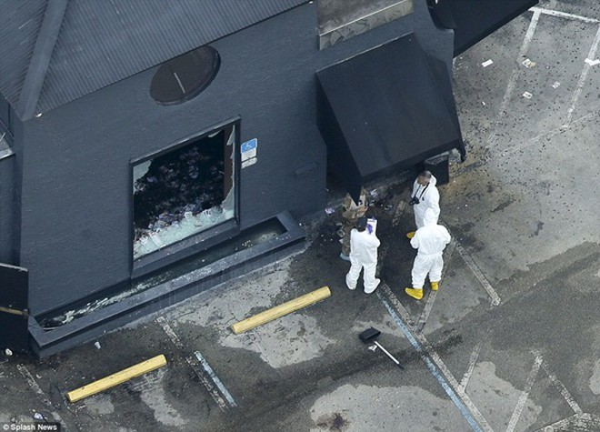 Kính bị bắn vỡ tung tóe sau vụ xả súng đẫm máu khiến 50 người chết
