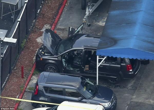 Chiếc xe nhỏ màu đen, được cho là của Omar Mateen di chuyển đến hộp đêm để thực hiện vụ xả súng