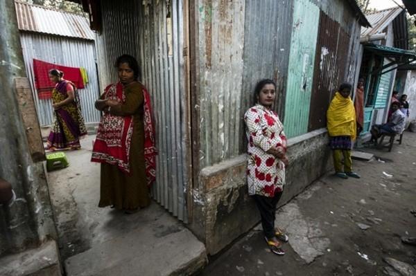 Nhiều phụ nữ sinh ra, lớn lên và sống bằng nghề mại dâm trong khu nhà thổ ảm đạm Kandapara cho đến khi chết