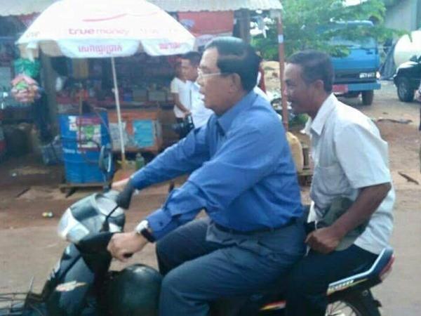 Ông Hun Sen đi xe gắn máy mà không đội mũ bảo hiểm