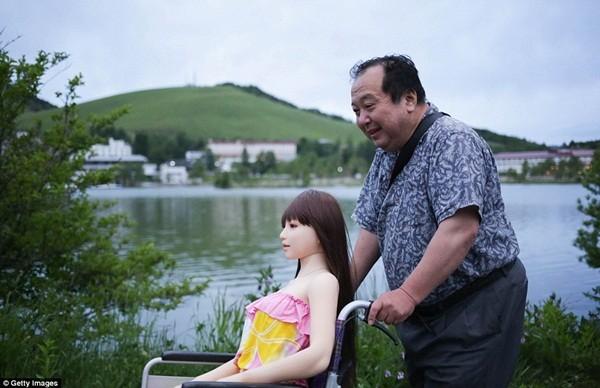 Ông thường xuyên đưa Saori đi dạo, đi du lịch và mua sắm trang phục, tóc giả