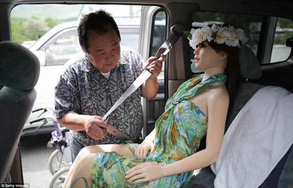 Thậm chí, ông Senji còn ngó lơ cả người vợ thật và 2 con chỉ vì búp bê silicon này