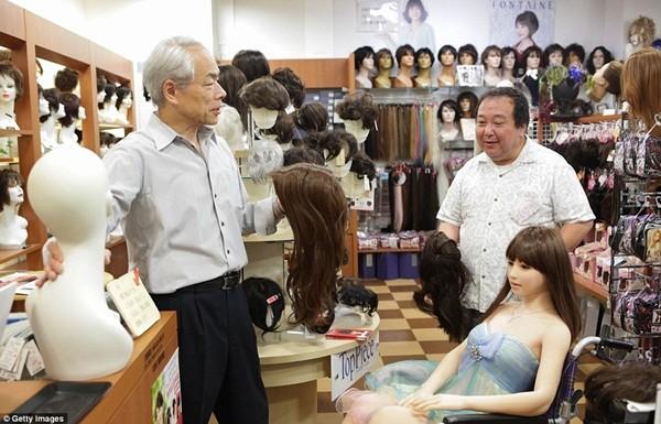 Ông Senji đưa Saori đi mua tóc giả.