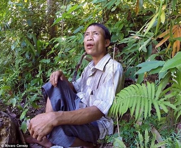 Anh Hồ Văn Lang nhìn chằm chằm vào căn chòi cao chót vót, nơi anh từng sống 41 năm
