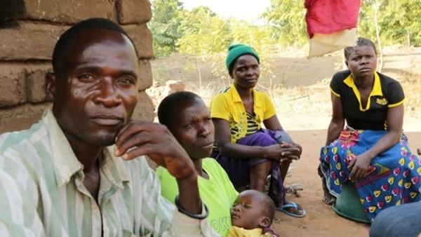 Eric cùng vợ, con 2 tuổi, em gái và một người từng là khách hàng của anh