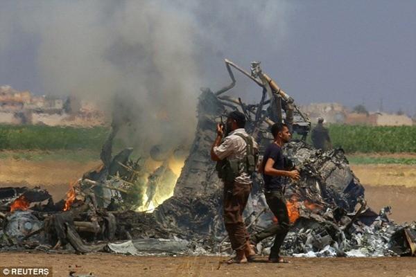 Thi thể phi công Nga bị kéo lê trên cát khi trực thăng bị bắn rơi ở Syria ảnh 1