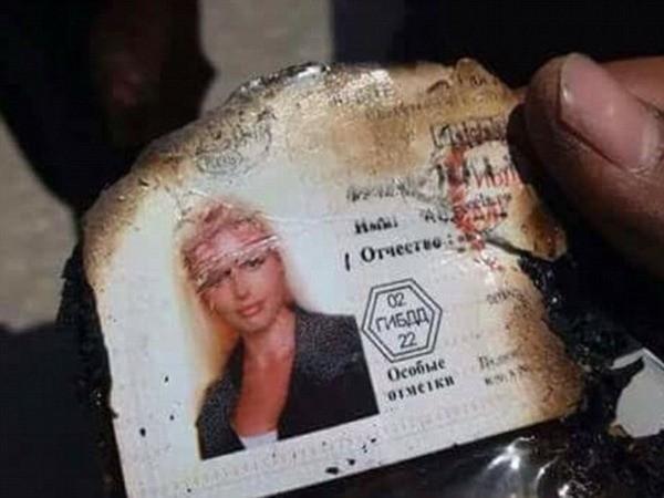 Một thẻ căn cước của một cô gái tóc vàng được tìm thấy trong các hành lý
