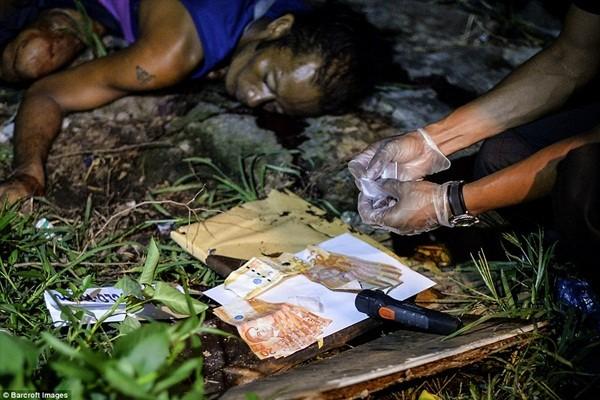 Cảnh sát tìm thấy tiền mặt và ma túy bên cạnh thi thể một nghi phạm bị bắn chết hôm 18-7 tại Manila