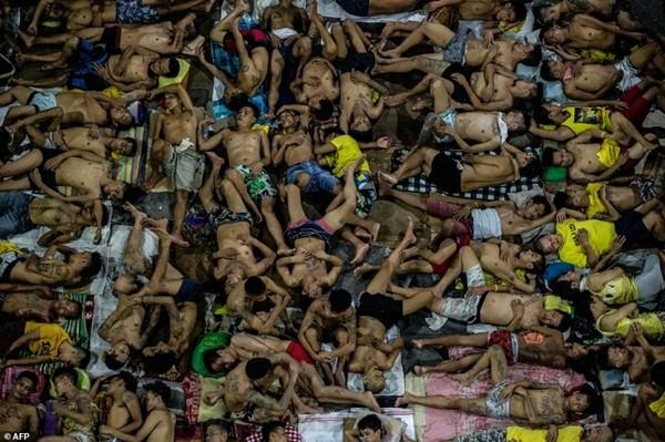 Hàng nghìn tù nhân chen chúc nhau trong nhà tù chật hẹp Quezon City tại thủ đô Manila