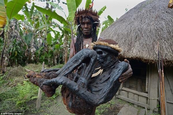 Tộc trưởng Eli Mabel giữ hài cốt của tổ tiên Agat Mamete Mabel, trong ngôi làng Wogi ở Wamena, phía tây Papua, một hòn đảo ở trung tâm của đất nước New Guinea