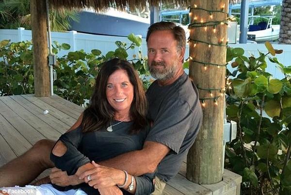 Michelle Stevens (53 tuổi) và John Stevens III (59 tuổi) bị Harrouff đâm chết bằng dao bấm ngay tại gara ô tô của gia đình