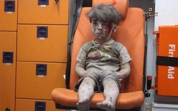 Bức ảnh Orman ngồi trên ghế xe cứu thương gây chấn động thế giới