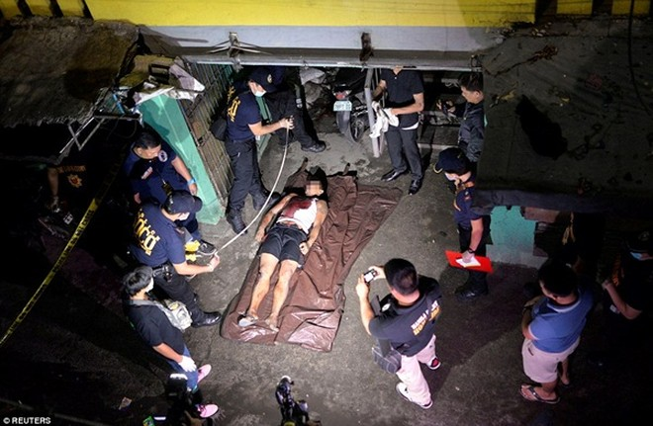 Thi thể một người bị cáo buộc là tội phạm ma túy trên đường phố Manila