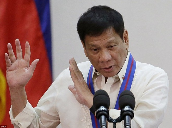 """Tổng thống Philippines Rodrigo Duterte đã không ngần ngại gọi những chỉ trích từ phía Liên Hợp Quốc và các nhà nhân quyền là """"ngu ngốc"""""""