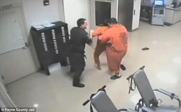 Robert đã ứng cứu viên cảnh sát và đang đợi lệnh ân xá từ tòa án vì hành động hiệp nghĩa của mình