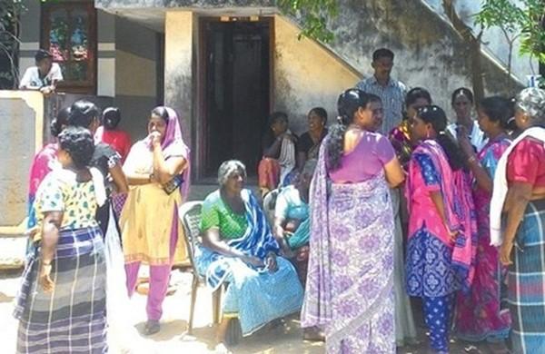 Hàng xóm đến nhà bà Siluvamma chia buồn cùng thân quyến nạn nhân