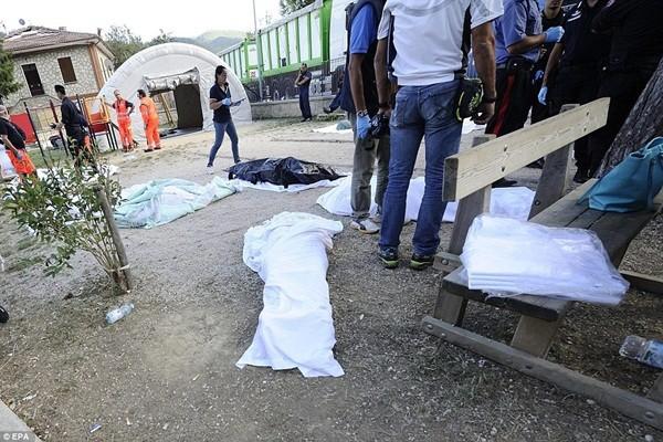Tại thị trấn Pescara del Tronto, thi thể quấn vải trắng đặt trong công viên vui chơi của trẻ em