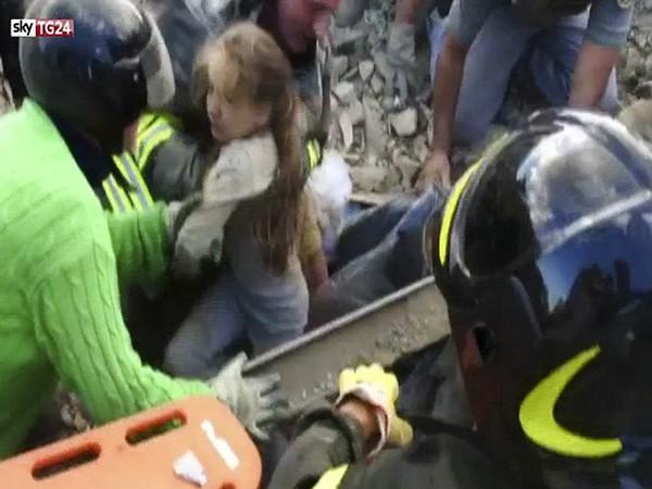 Khoảnh khắc kỳ diệu cứu sống cô bé 10 tuổi sau 17 giờ bị chôn lấp ảnh 1
