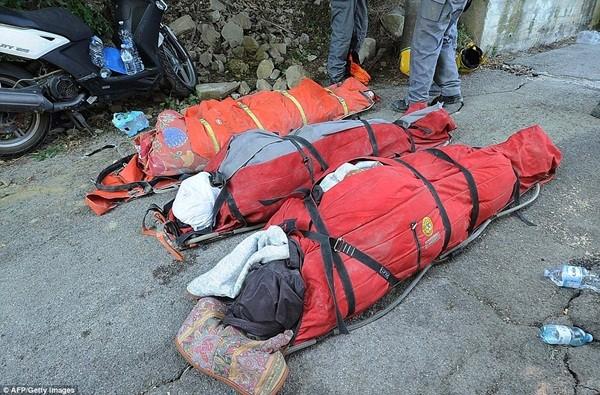 Khoảng 100 người được cho là vẫn mắc kẹt trong các đống gạch đá