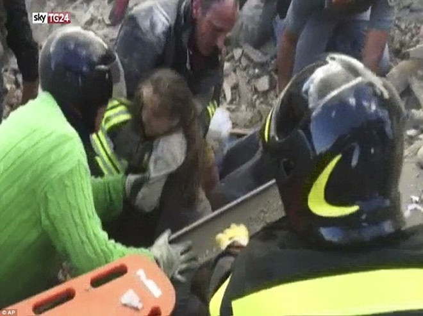 Một bé gái được cứu ra khỏi đống gạch đá sau 17 giờ mắc kẹt tại thị trấn Pescara del Tronto