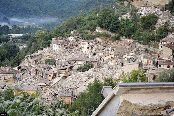Động đất Italy: 160 người chết, thi thể rải trắng trong công viên
