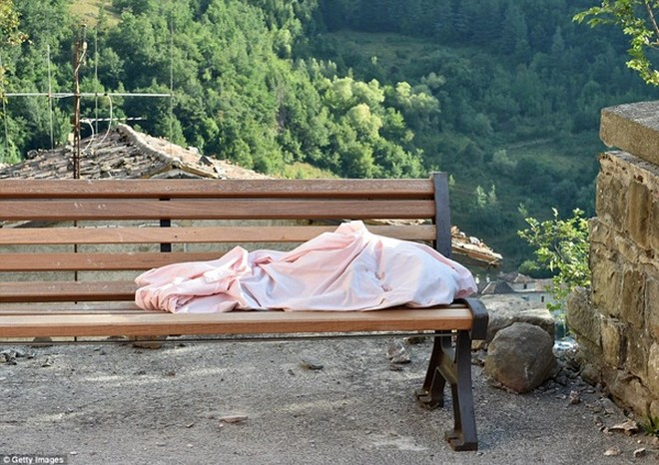 Một thi thể được đặt trên ghế băng trong công viên